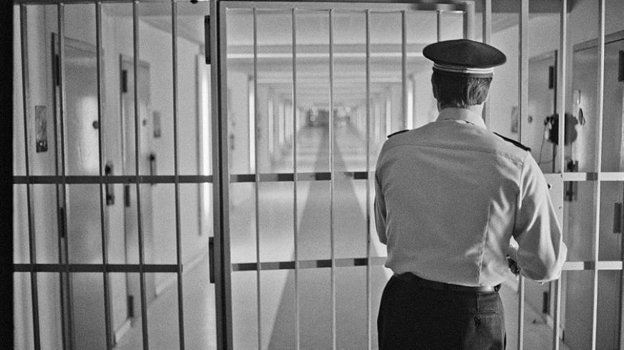 الكرم: السجن المؤبد في حقّ شاب اقتحم منزل فتاة واغتصبها..