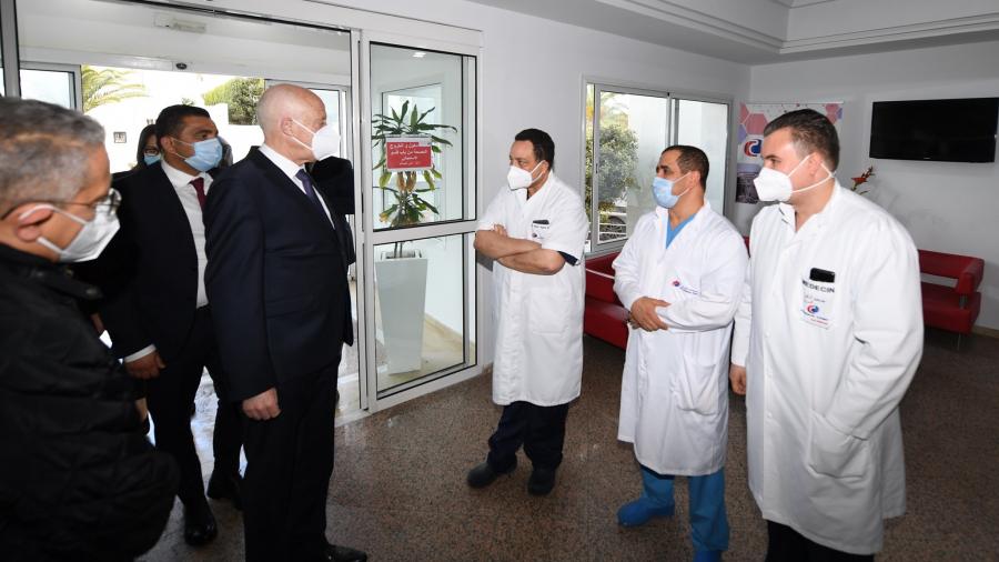 سعيد يعود الرئيس السابق محمد الناصر في المصحة
