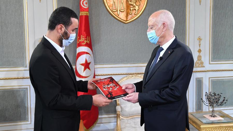 سعيد يتسلم التقرير السنوي لواقع الحريات الصحفية بتونس
