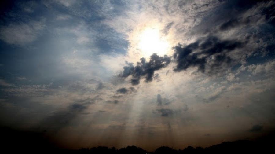 طقس مغيم جزئيا وأمطار متفرقة يوم الجمعة