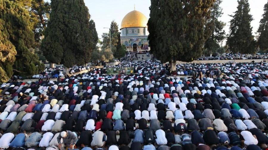 رغم التّضييق.. آلاف الفلسطينيين يُؤدّون صلاة العيد في الأقصى