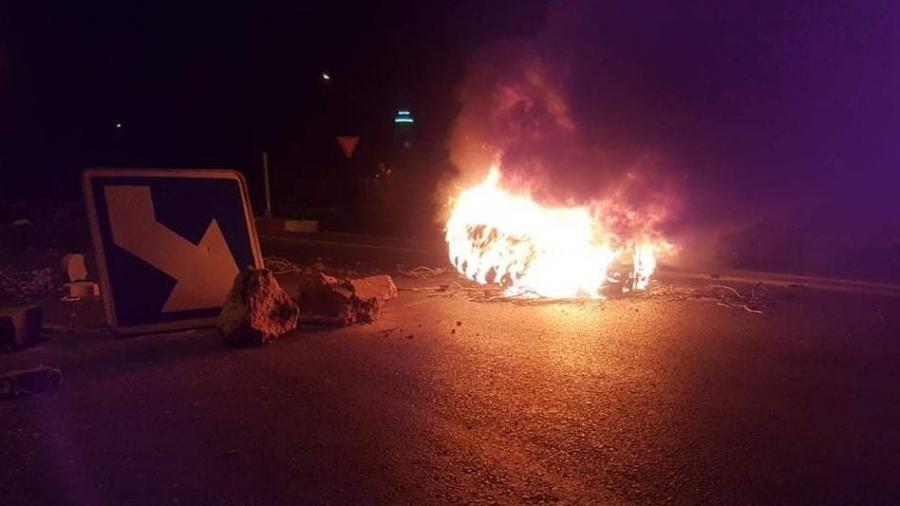 احتجاجات ليلية وحرق إطارات مطاطية في سبيطلة