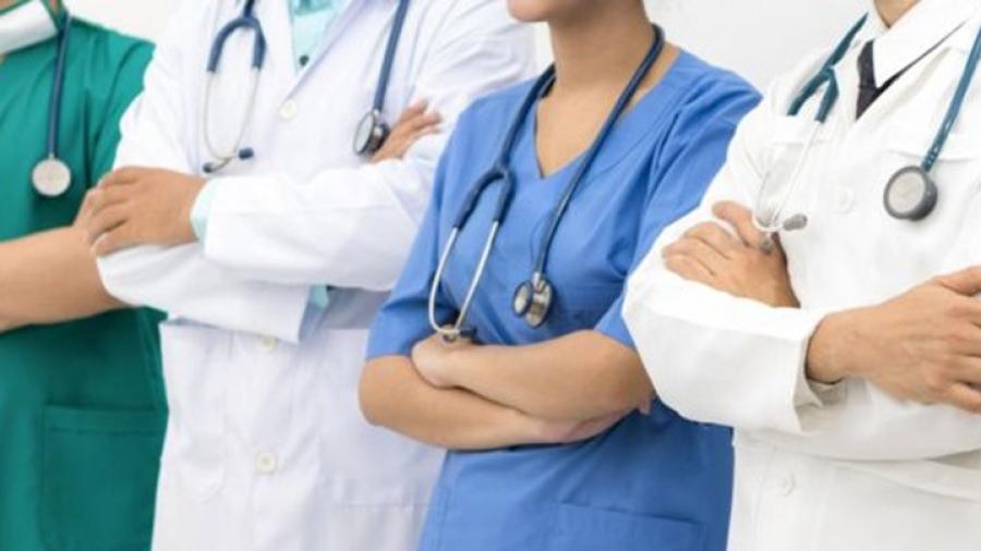 نقابة الأطباء والصيادلة ترفض قرار المشيشي إلغاء العطل السنوية
