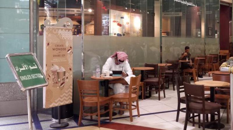 Arabie Saoudite: Hommes et femmes entrent désormais par la même porte