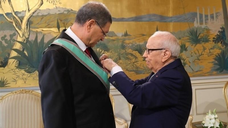 Béji Caïd Essebsi décore Habib Essid