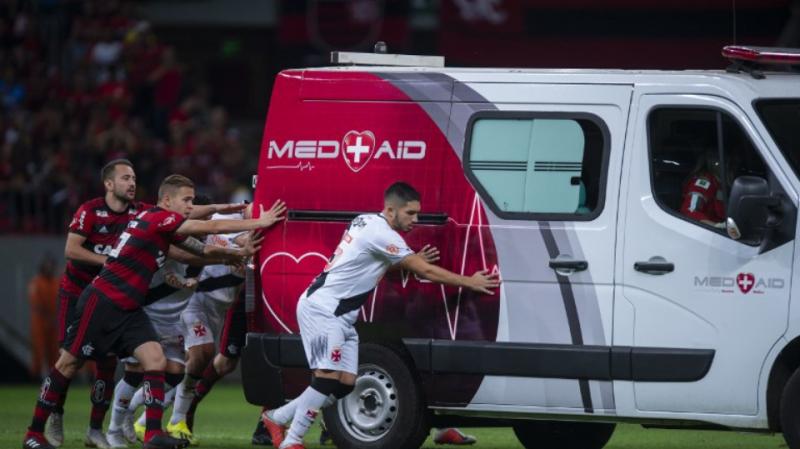 Brésil: Une ambulance tombe en panne au beau milieu du terrain