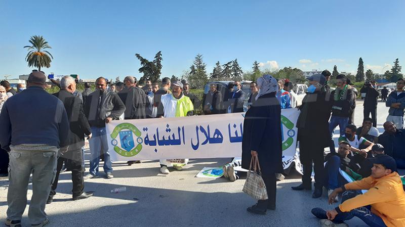 Des supporters du Croissant sportif chebbien protestent à la capitale