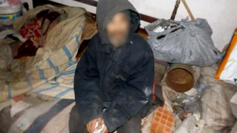 Devenu orphelin,  il habite depuis des mois dans un cimetière