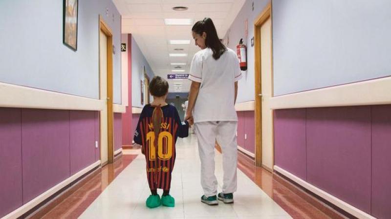 Espagne: Les blouses d'hôpital tronquées  par des maillots de football