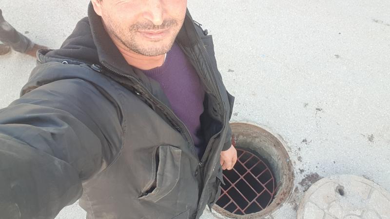 Il recycle de la ferraille en couvercles pour les égouts