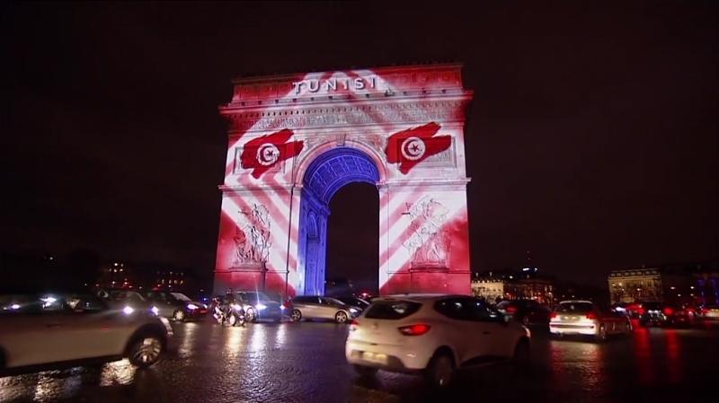 L'Arc de Triomphe brille aux couleurs du drapeau Tunisien