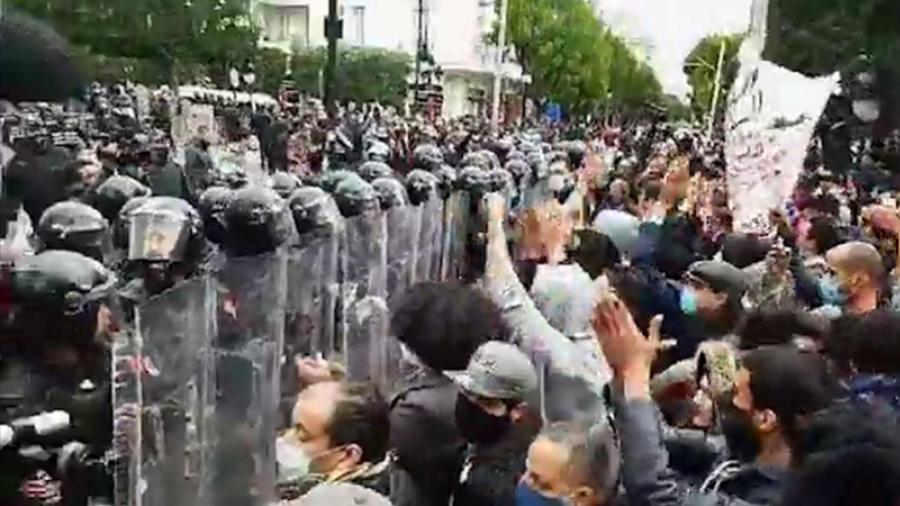 La police encercle les manifestants à l'Avenue Habib Bourguiba