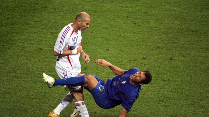 Materazzi reproduit le coup de boule de Zidane sur le mur de sa maison