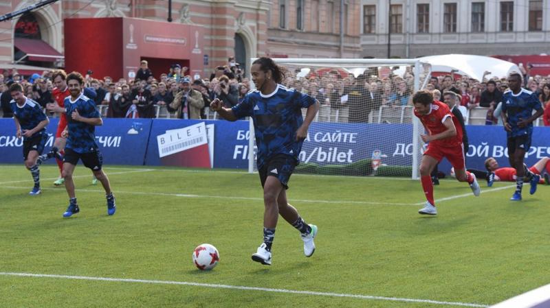 Ronaldinho célèbre les 65 ans de Poutine (Vidéos)