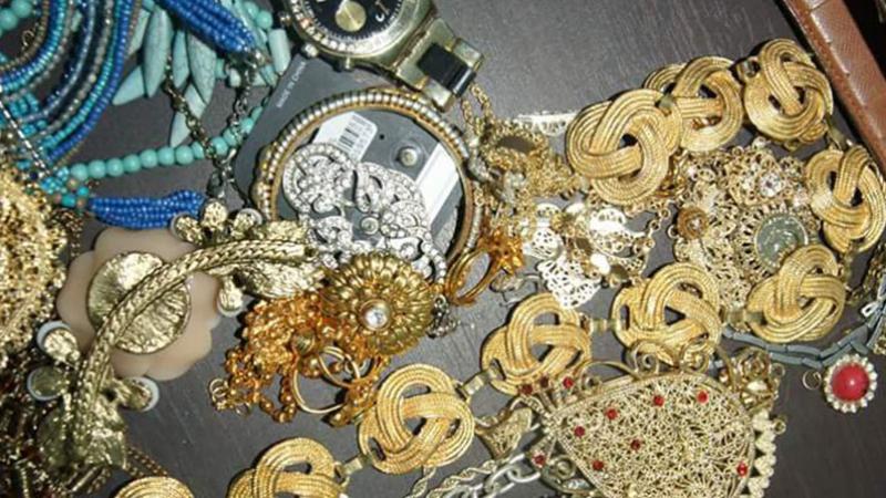 Saisie d'argent, de bijoux et des bombes à gaz saisis dans une maison