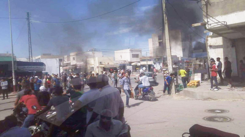 Sousse: Des protestataires mettent le feu à des affiches de candidats