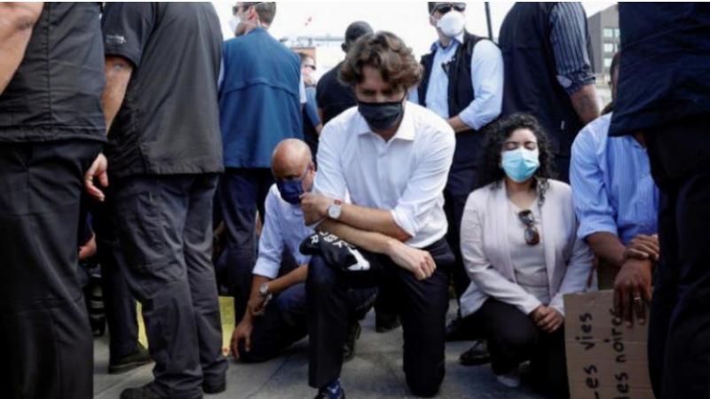 Trudeau, un genou à terre avec des manifestants contre le racisme