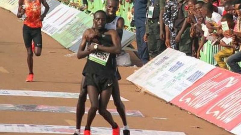 Un athlète kényan arrête sa course et aide un adversaire blessé