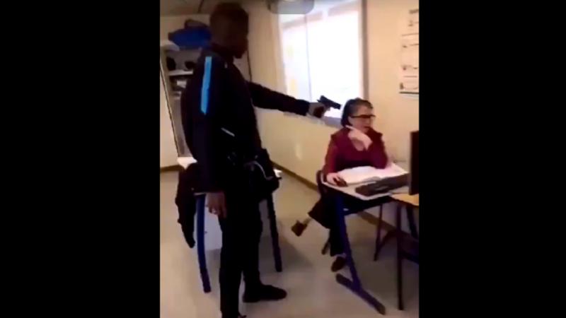 Un élève menace sa professeure avec une arme en plein cours