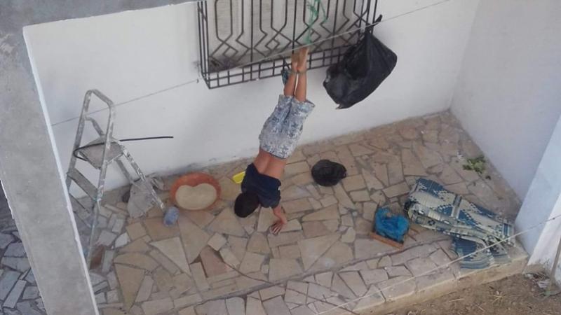 Un enfant attaché : le ministère de la femme intervient