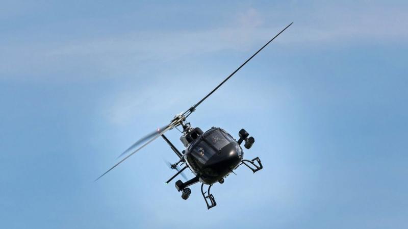 Un italien se pose en hélicoptère dans le jardin de sa dulcinée