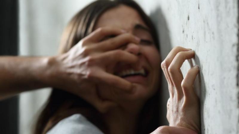 Un videur dans une boîte nuit drogue une fille et la viole