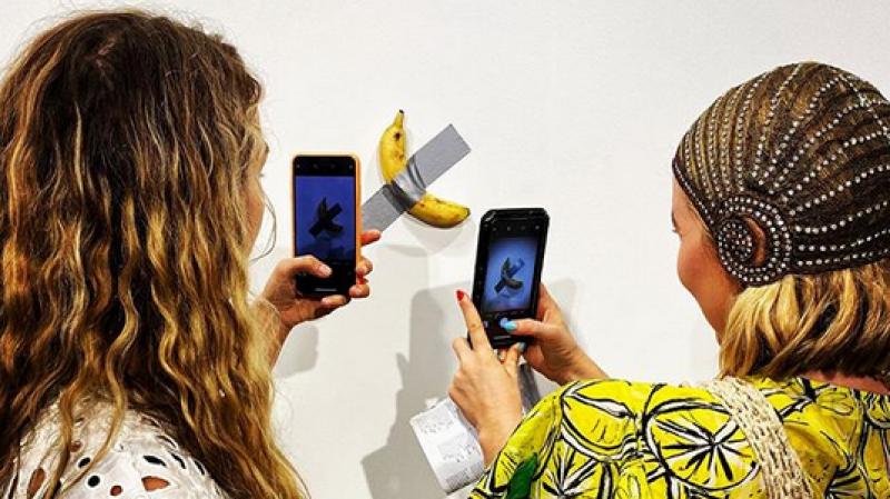 Une banane scotchée au mur vendue 120 000 dollars