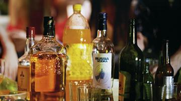 أكبر مروجي الخمر بالساحل وأفراد عصابة لسرقة السيارات في قبضة الأمن