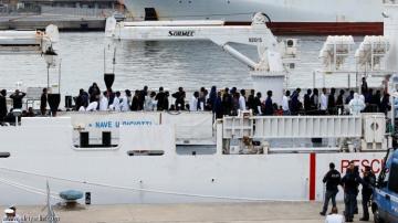 إيطاليا تسمح برسو سفينة تقل مهاجرين دون نزولهم منها