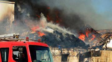 منوبة : إخماد حريق مصنع الملابس المستعملة سوريتاكس في المرناقية