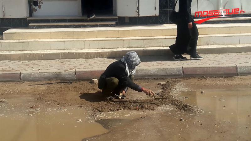 يجوب شوارع القصرين لإصلاح طرقاتها تطوّعا