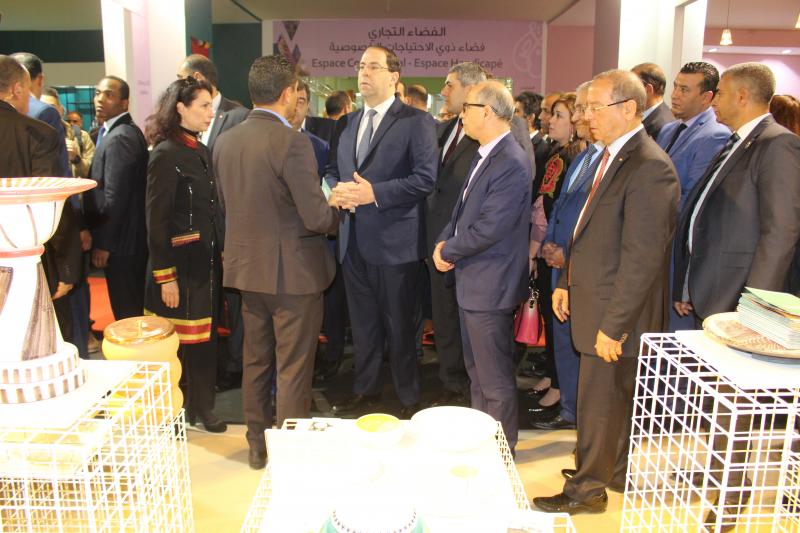 Chahed: Nous réfléchissons à consacrer un espace permanent pour les produits artisanaux