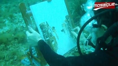 créativité sous marine: une artiste dessine ses tableaux sous l'eau