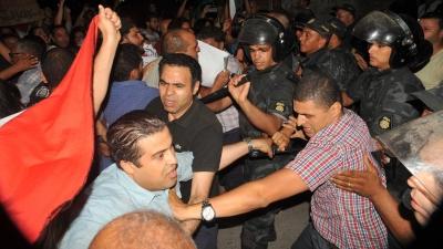 تدافع بالأيادي بين المتظاهرين و الأمن أمام متحف قرطاج