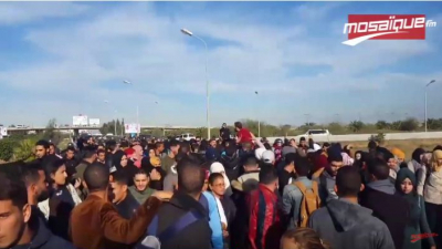 Les forces de l'ordre intercepte une marche en direction de l'ambassade américaine