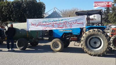 سليانة : الفلاحون يدخلون أسبوع غضب ويغلقون الطريق بآلاتهم الفلاحية