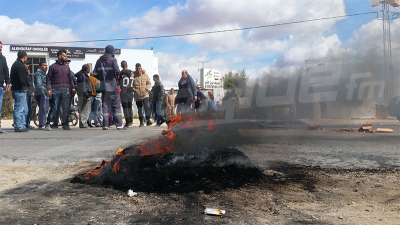صفاقس:عمال شركة الخطاف للورق المقوى يقطعون الطريق