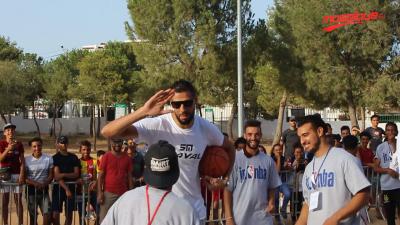 Une délégation de la NBA et Salah Mejri en visite à la cité Ettadhamen