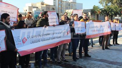 موظّفو هيئة الإنتخابات يحتجون أمام البرلمان