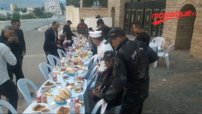 القصرين: شباب يشاركون الأمنيين والمارّة وجبة الإفطار بنقطة أمنيّة