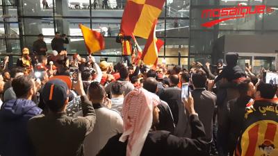 Les fans de l'Espérance à l'accueil des joueurs à leur arrivée à Doha