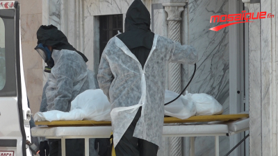 Opération blanche de démonstration de différentes étapes de l'enterrement d'un individu décédé à cause du coronavirus