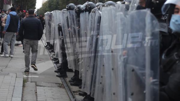 الأمن يطوّق المحتجّين في شارع الحبيب بورقيبة