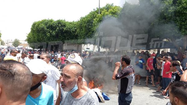 احتجاجات في نابل وحرق لافتة النهضة في القيروان