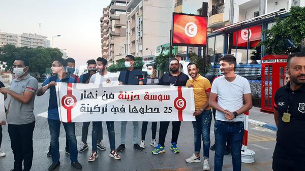 سوسة: أصحاب وعمال المقاهي والمطاعم والملاهي يحملون الشارة الحمراء