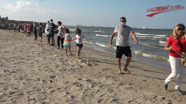 سلسلة بشرية تحت شعار ''سكّر الاوناس على بحر الضاحية الجنوبية''