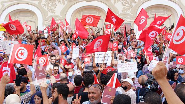أمام المسرح البلدي بالعاصمة : وقفتان احتجاجيتان يفصل بينهما حاجز أمني