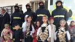 Les enfants participent aux célébrations de la journée internationale de la protection civile